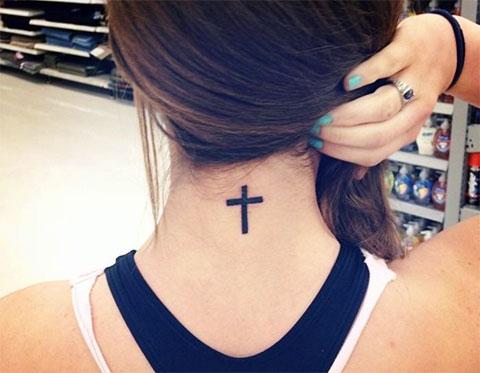 Тату крест на шее девушки