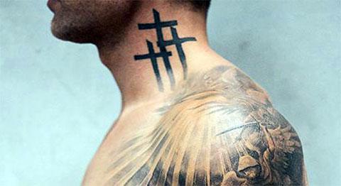 Тату с крестами на шее