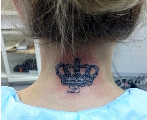 Тату корона на шее с буквой