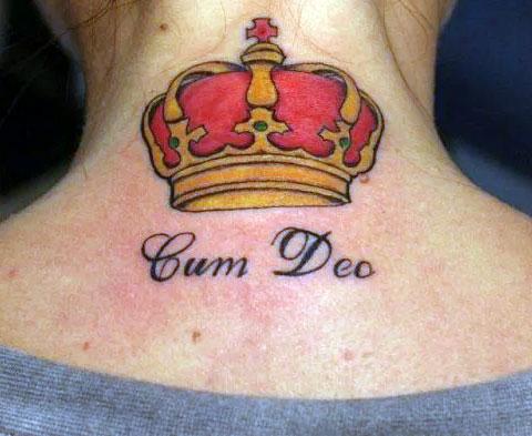 Тату корона на шее для девушек - надписи под короной