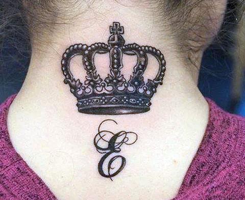 """Тату корона на шее с буквой """"е"""" у девушки"""
