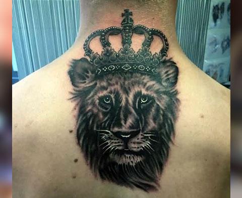 Тату лев с короной на шее