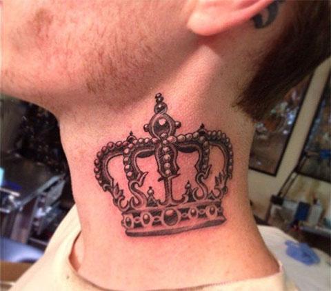Тату корона на шее у парня