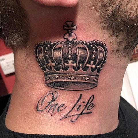 Тату с короной на шее у мужчины
