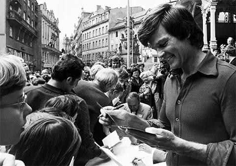 Дин Рид раздает автографы