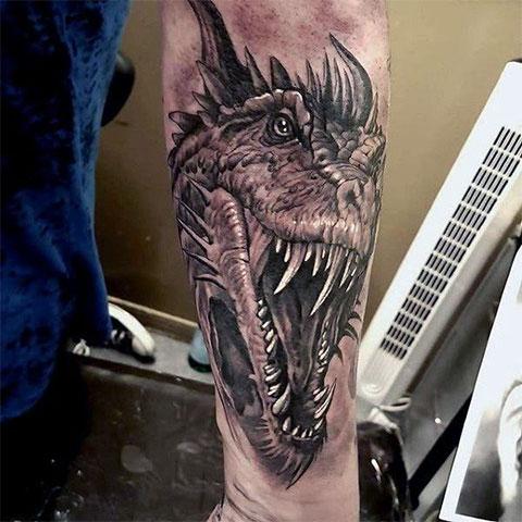 Тату дракон на руке у мужчины