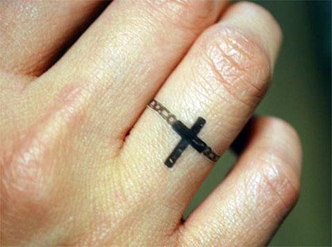 Тату крест на среднем пальце
