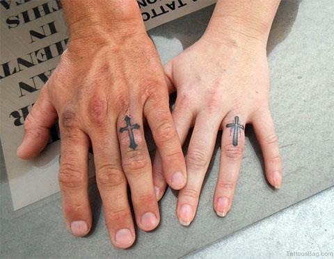 Тату крест на пальцах мужчины и девушки