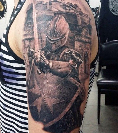 Тату рыцарь на плече - фото