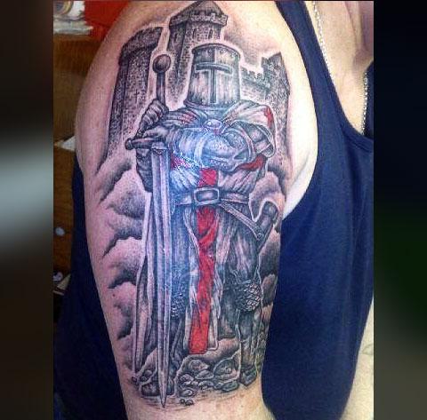 Татуировка рыцаря и крепости на руке