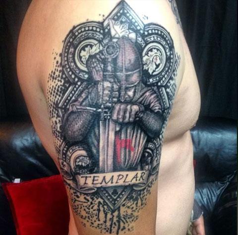 Рыцарь с мечом - фото татуировки на плече