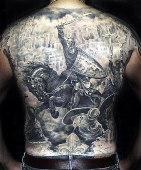 Татуировка с рыцарским боем на спине