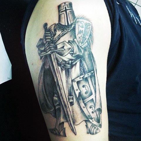 Тату рыцарь на плече