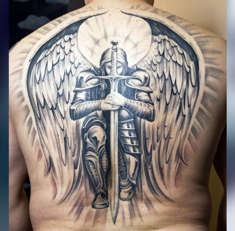Тату рыцарь с крыльями на спине