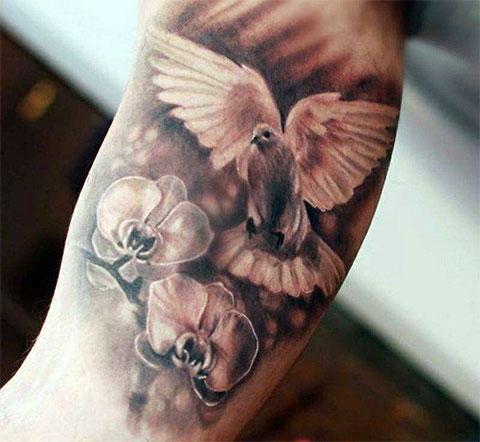 Татуировка с белым голубем