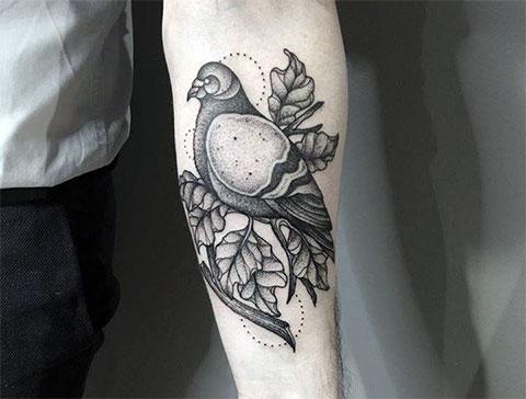 Мужская татуировка с голубем на руке - фото