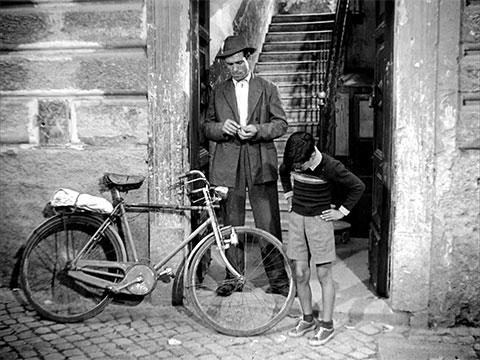 """Кадр из фильма """"Похитители велосипедов"""""""