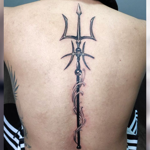 Татуировка трезубец Посейдона на спине