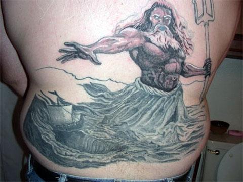 Татуировка бога Посейдона в области поясницы