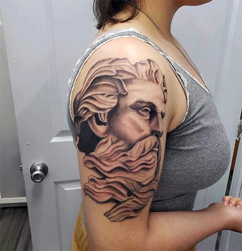 Тату бог Посейдон у девушки на плече - фото