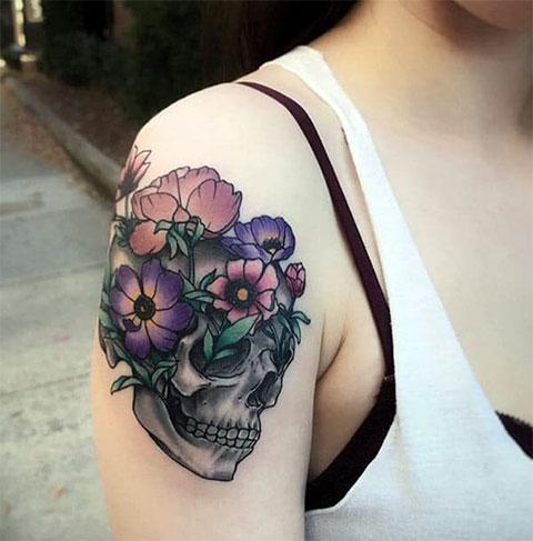 Женская тату с черепом на плече - фото
