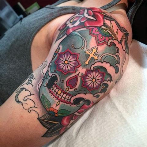 Мужская цветная тату с черепом на плече