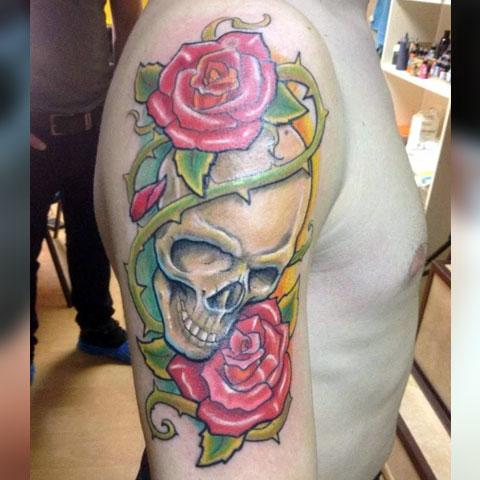 Тату на плече череп с розой клевер