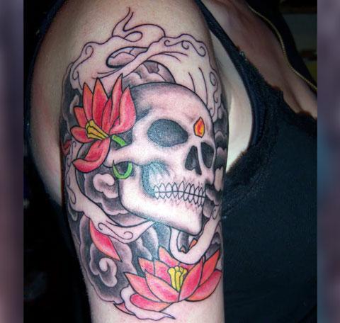 Татуировка череп на плече девушки