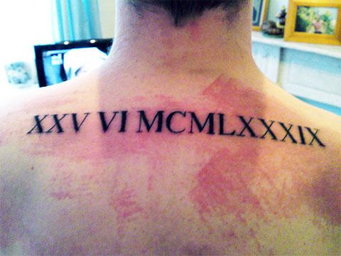 Тату римские цифры на спине