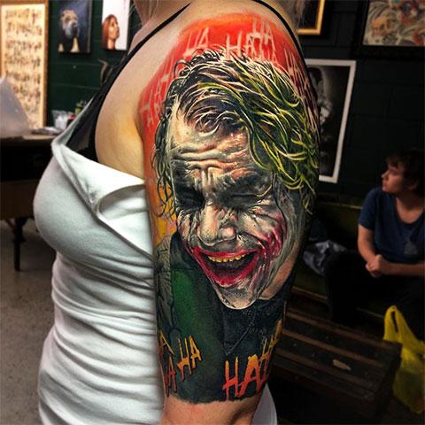 Тату Джокер на плече у девушки