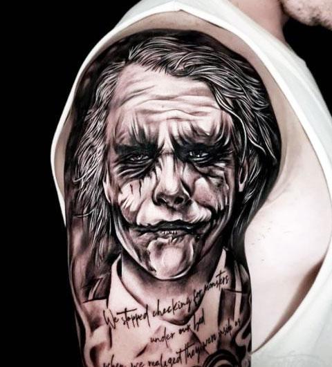 Тату Джокер на плече у мужчины