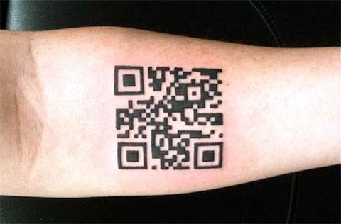 Татуировка QR код на руке