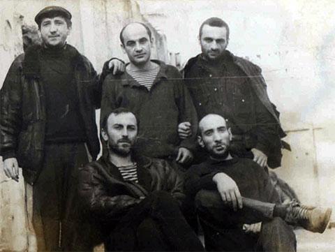 Вверху слева воры в законе: Теймураз Фароян (Тэко), Нугзар Эргемлидзе, Мурман Кухалешвили (Мурико); внизу: Роман Габуния, Паата Горгишели, 1993 год, Грузия, СИЗО-1; Тбилиси