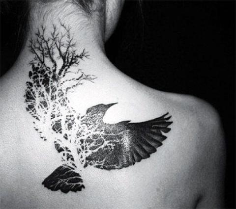 Тату дерево и ворон на шее и спине у девушки