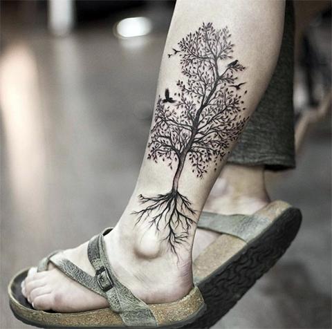 Тату дерево на ноге