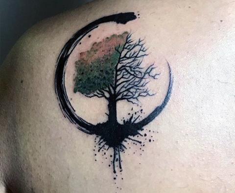 Тату дерево на лопатке
