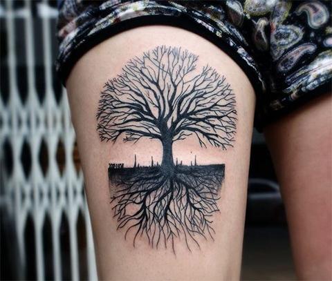 Тату дерево на бедре