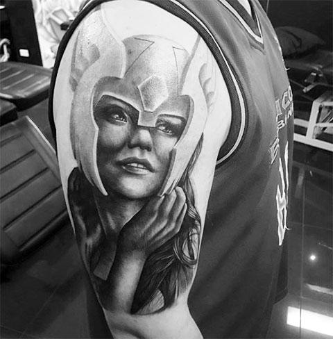 Татуировка Валькирия у мужчины на плече