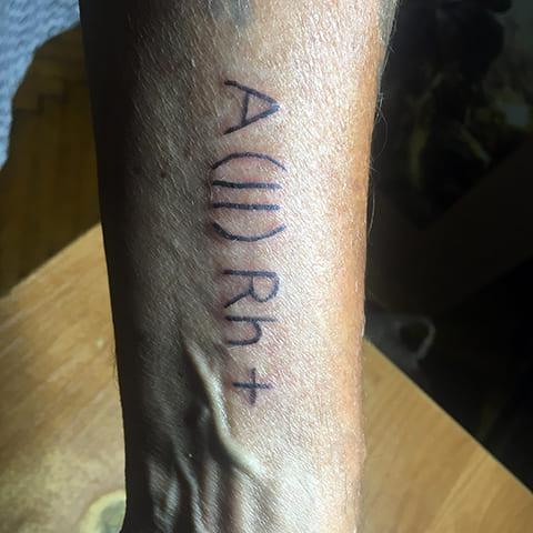 Тату группа крови и резус фактор на руке