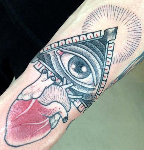 Цветная татуировка в стиле дотворк на руке