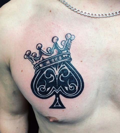 Тату пиковый туз и корона на груди у мужчины