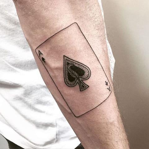 Татуировка пиковый туз на руке