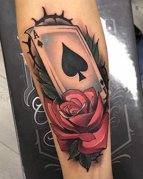 Татуировка пиковый туз и роза на руке у мужчины