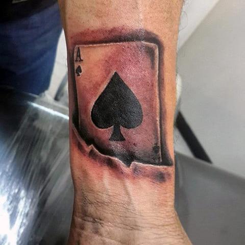 Татуировка пиковый туз на руке у мужчины