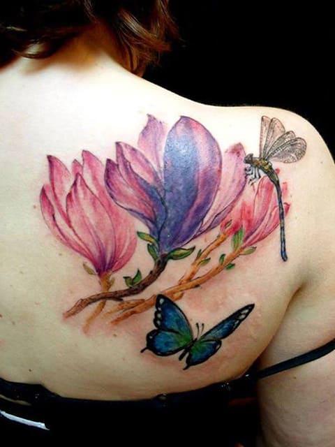 Тату магнолия с бабочками на лопатке у девушки
