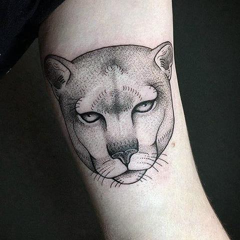 Татуировка пума на руке