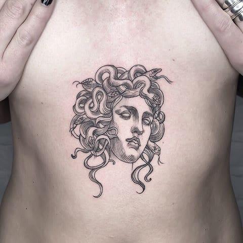 Татуировка Медуза Горгона у девушки
