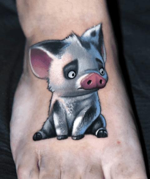 Татуировка свиньи на ступне