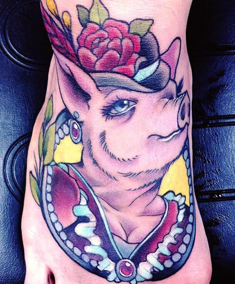Тату свинья с цветами