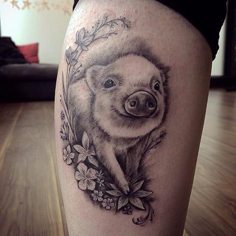 Тату свинья в цветах на ноге